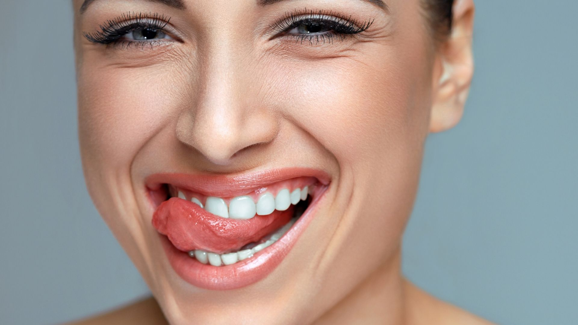 Blanchir les dents avec un produit naturel